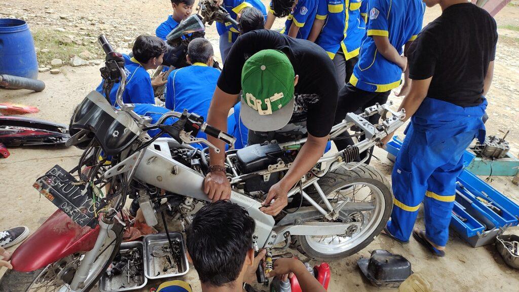 Praktik Bengkel Teknis Bisnis Sepeda Motor SMK TRI SUKSES Natar Lampung Selatan